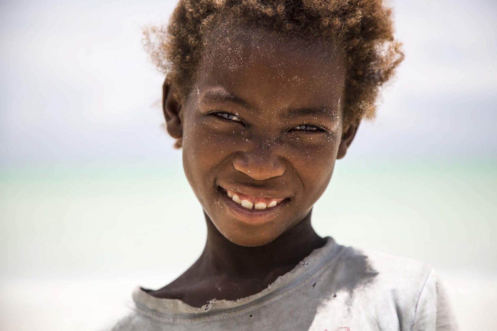 tirage photo dents du bonheur chez les vezos de madagascar