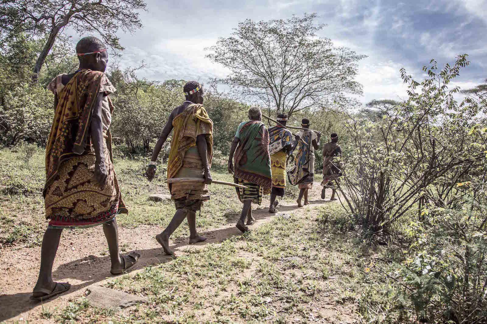 tirage photo en quete eau chez les hadzabe de tanzanie
