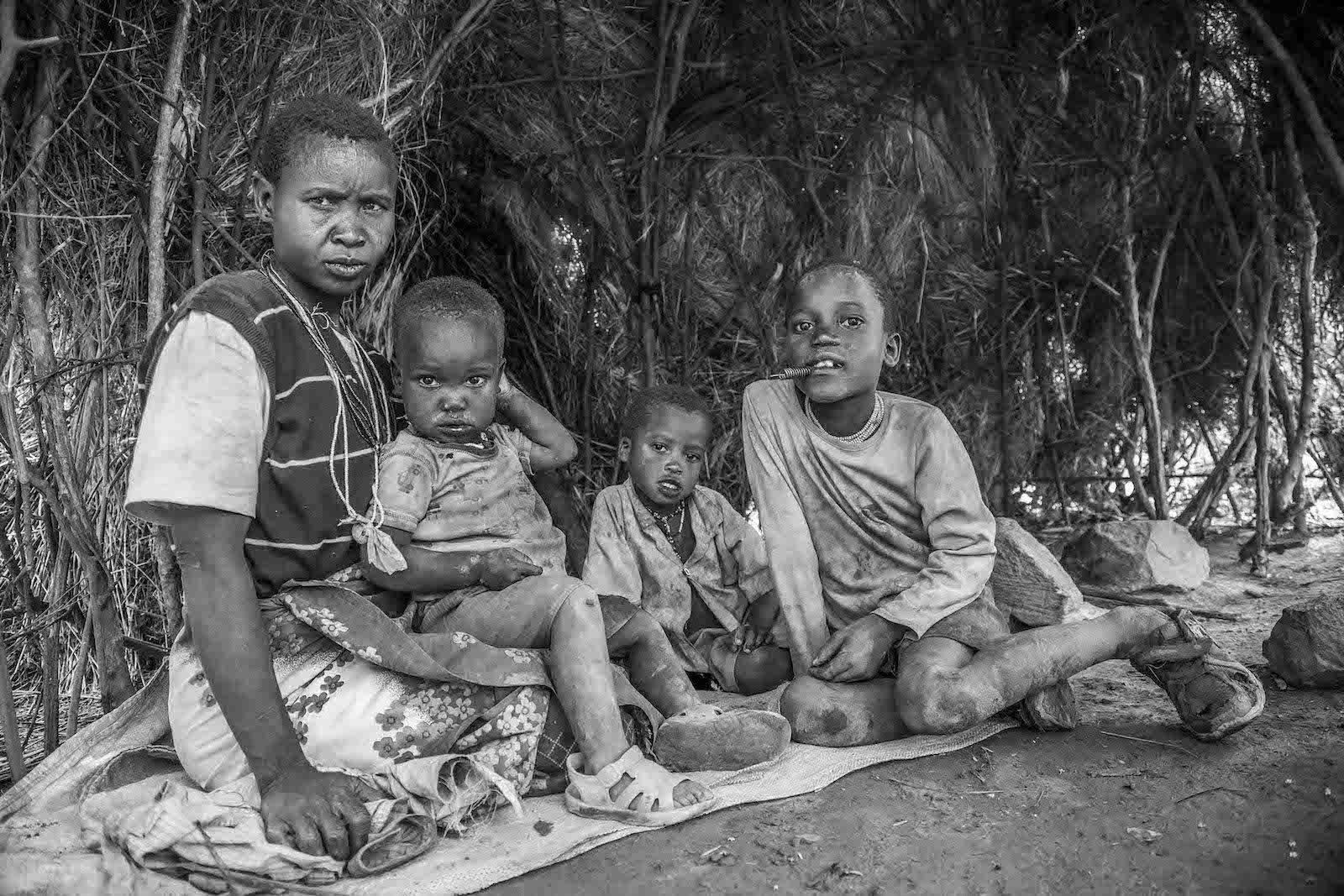tirage photo famille hadza chez les hadzabe de tanzanie