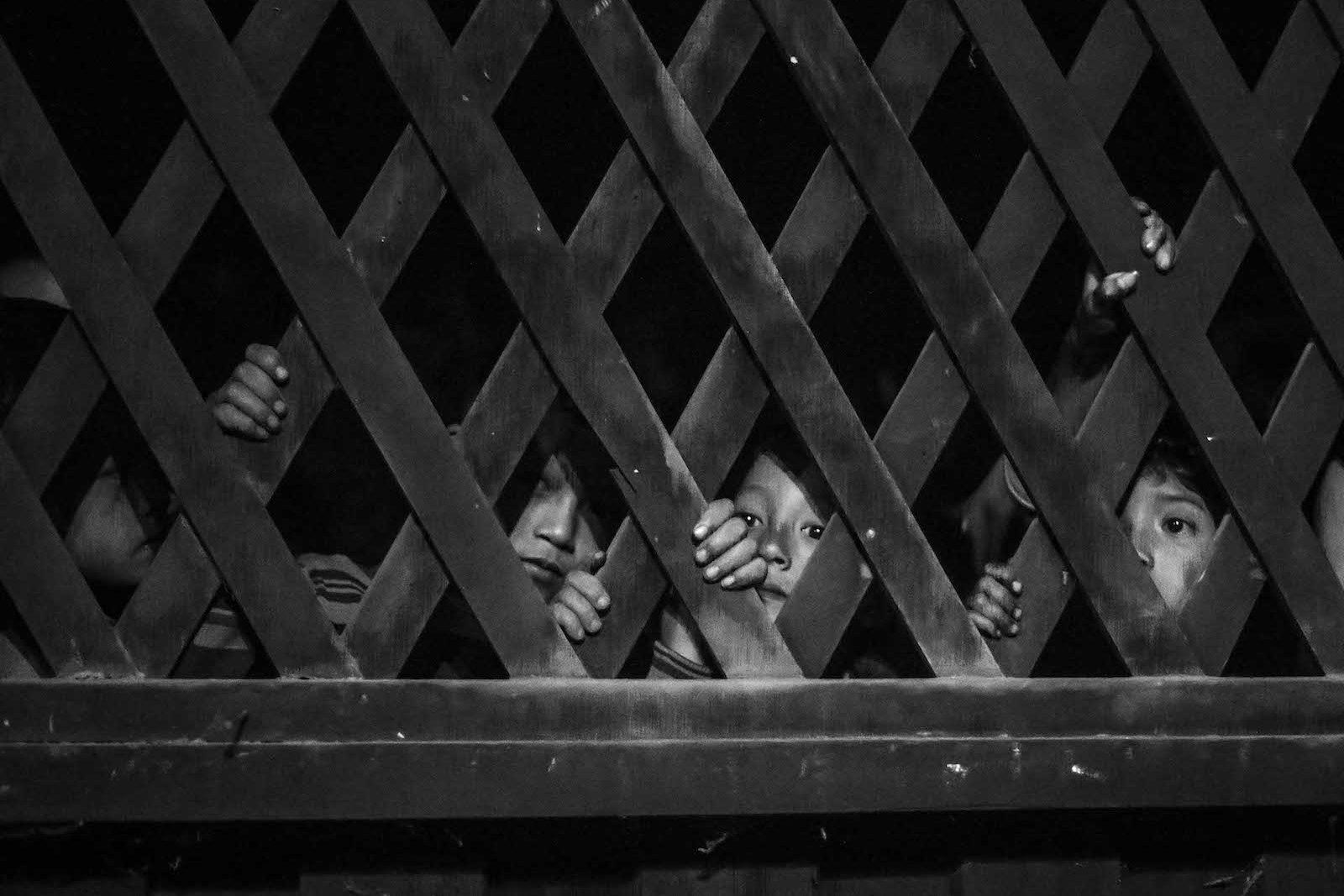 tirage photo regards curieux chez les akhas du laos