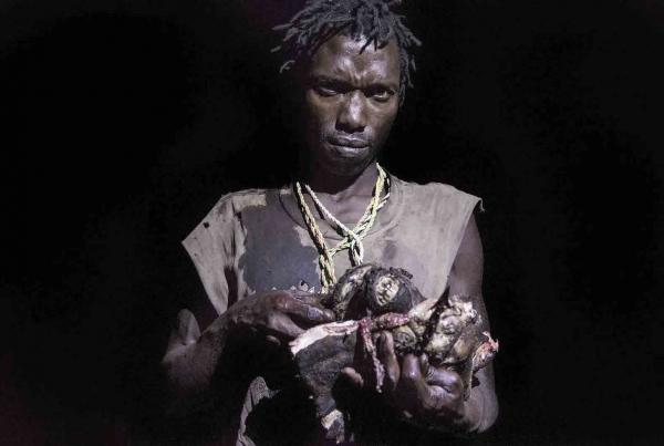 tirage photo chasseur de babouins chez les hadzabe de tanzanie