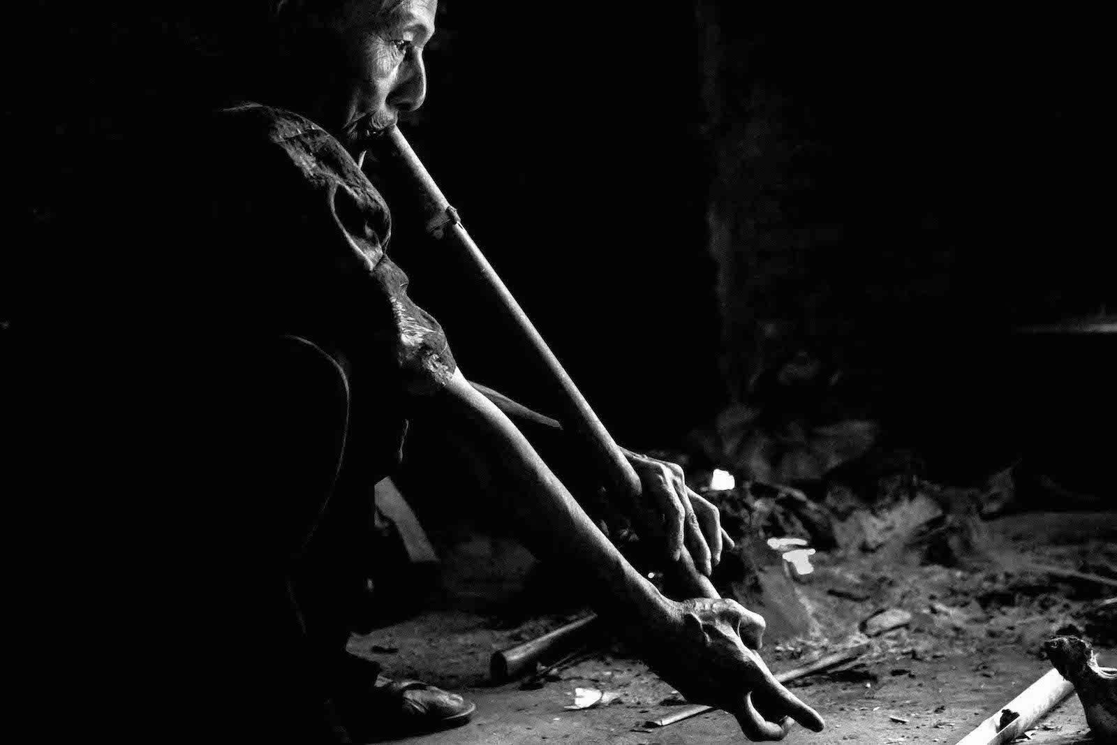tirage photo flutiste chez les akhas du laos