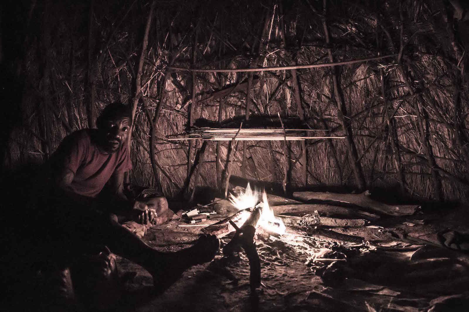 tirage photo hutte chez les hadzabe de tanzanie